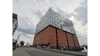 Dank des Ultraweitwinkelobjektivs gelingen auch Nahaufnamen der breiten Elbphilharmonie.