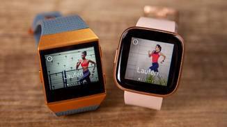 Die Fitbit Ionic (links) im direkten Display-Vergleich mit der Fitbit Versa 2.