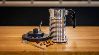 Der elektrische Milchaufschäumer von Nespresso fällt schlank aus.