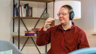 Genussvoll Musik hören geht am besten in einer ruhigen Umgebung und mit Kabel-Kopfhörer ...