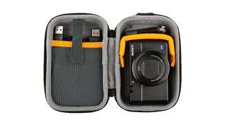 In dieser kleinen Tasche von Lowepro finden nicht nur Kompaktkameras Platz, ...