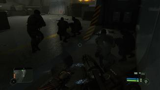 Hinter den Soldaten sind ihre Spiegelungen mitten im Raum zu sehen, die sehr unnatürlich wirken.