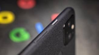 Der Power-Button hebt sich immer noch ab – nur nicht mehr so aggressiv.
