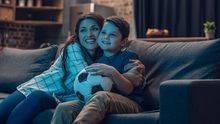 Mutter und Sohn schauen Fußball im Fernsehen, TV.
