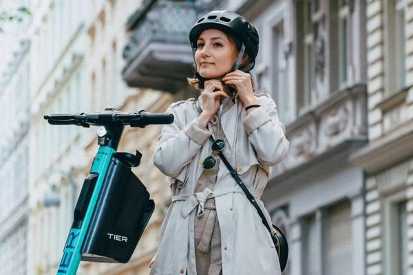 Tier integriert Helme in seine E-Scooter